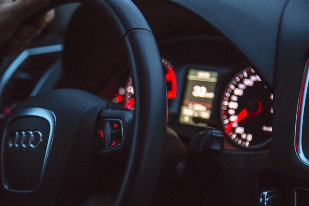 Jakie są korzyści z wynajmu samochodu podczas podróży?