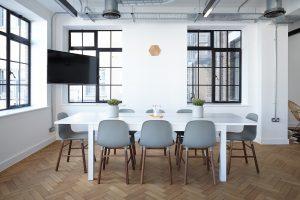 Na co zwrócić uwagę przy zakupie mebli do biura?